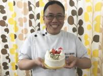 院長とケーキの写真